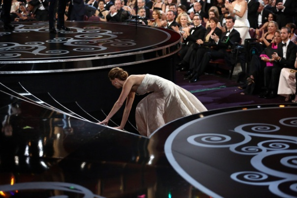 movies-jennifer-lawrence-falls-at-oscars